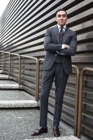 Wie kombinieren: dunkelgrauer Wolldreiteiler, weißes Businesshemd, dunkelbraune Doppelmonks aus Leder, dunkelbraune bedruckte Krawatte