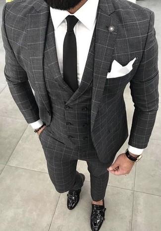 Wie kombinieren: grauer Dreiteiler mit Karomuster, weißes Businesshemd, schwarze Doppelmonks aus Leder, schwarze Krawatte