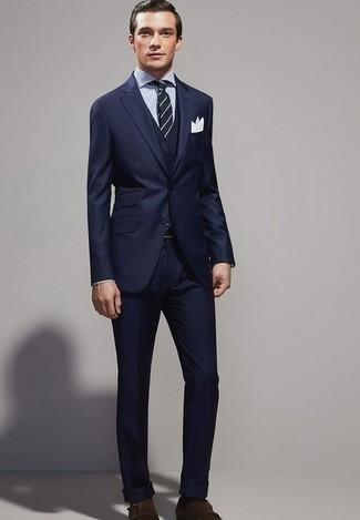 dunkelblauer Dreiteiler, weißes und dunkelblaues vertikal gestreiftes Businesshemd, dunkelbraune Doppelmonks aus Wildleder, dunkelblaue und weiße horizontal gestreifte Krawatte für Herren