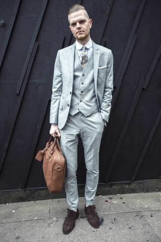 Weiße bedruckte Krawatte kombinieren – 11 Herren Outfits: Tragen Sie einen hellblauen Dreiteiler und eine weiße bedruckte Krawatte für eine klassischen und verfeinerte Silhouette. Wenn Sie nicht durch und durch formal auftreten möchten, entscheiden Sie sich für dunkelbraunen Doppelmonks aus Wildleder.