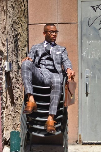Braune Leder Aktentasche kombinieren: trends 2020: Kombinieren Sie einen grauen Dreiteiler mit Karomuster mit einer braunen Leder Aktentasche für ein bequemes Outfit, das außerdem gut zusammen passt. Komplettieren Sie Ihr Outfit mit rotbraunen Doppelmonks aus Leder, um Ihr Modebewusstsein zu zeigen.
