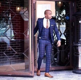 Rotbraune Doppelmonks aus Leder kombinieren – 500+ Herren Outfits: Erwägen Sie das Tragen von einem dunkelblauen Dreiteiler mit Karomuster und einem weißen Businesshemd für eine klassischen und verfeinerte Silhouette. Wenn Sie nicht durch und durch formal auftreten möchten, entscheiden Sie sich für rotbraunen Doppelmonks aus Leder.