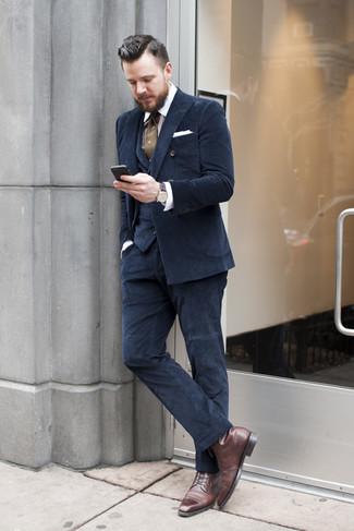 Wie kombinieren: dunkelblauer Dreiteiler, weißes und braunes vertikal gestreiftes Businesshemd, dunkelbraune Lederformelle stiefel, olivgrüne gepunktete Krawatte