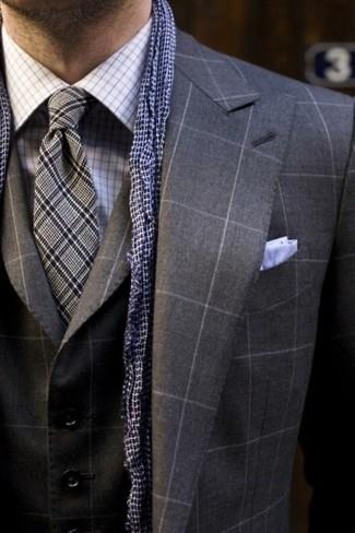 Dunkelblauen Schal mit Vichy-Muster kombinieren – 2 Herren Outfits: Entscheiden Sie sich für einen dunkelgrauen Dreiteiler mit Karomuster und einen dunkelblauen Schal mit Vichy-Muster für ein Alltagsoutfit, das Charakter und Persönlichkeit ausstrahlt.