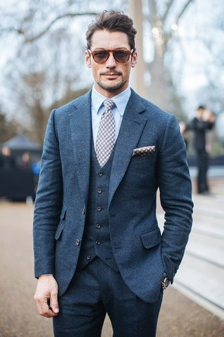 David Gandy trägt Blauer Dreiteiler, Hellblaues Businesshemd, Graue Krawatte mit Vichy-Muster, Graues gepunktetes Einstecktuch