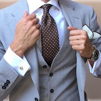 Wie kombinieren: grauer Dreiteiler, weißes Businesshemd, dunkelbraune gepunktete Krawatte, weißes Einstecktuch