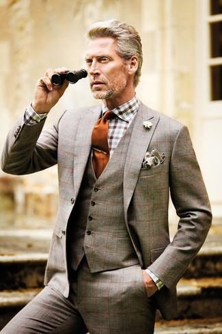 brauner Dreiteiler mit Schottenmuster, weißes und braunes Businesshemd mit Vichy-Muster, orange Krawatte, graues Einstecktuch für Herren