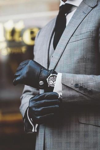 Entscheiden Sie sich für einen grauen Dreiteiler mit Schottenmuster und ein weißes Businesshemd für einen stilvollen, eleganten Look.