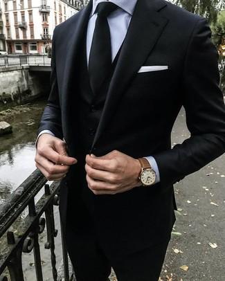 Wie kombinieren: schwarzer Dreiteiler, graues vertikal gestreiftes Businesshemd, schwarze Krawatte, weißes Einstecktuch