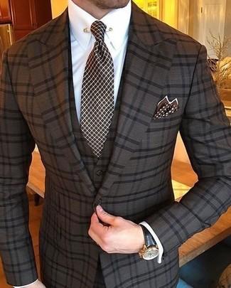 Wie kombinieren: dunkelbrauner Dreiteiler mit Karomuster, weißes Businesshemd, dunkelbraune Krawatte mit Karomuster, dunkelbraunes gepunktetes Einstecktuch
