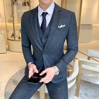 Wie kombinieren: dunkelblauer Wolldreiteiler, hellblaues Businesshemd, dunkelblaue bedruckte Krawatte, weißes Einstecktuch