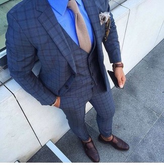 Wie kombinieren: dunkelblauer Dreiteiler mit Karomuster, blaues Businesshemd, dunkelbraune Monks aus Leder, hellbeige Strick Krawatte