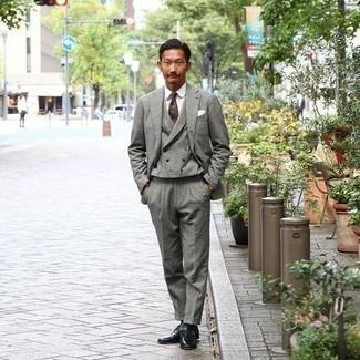 Schwarze Socken kombinieren – 500+ Herren Outfits: Entscheiden Sie sich für einen grauen Dreiteiler und schwarzen Socken, um einen lockeren, aber dennoch stylischen Look zu erhalten. Fühlen Sie sich ideenreich? Komplettieren Sie Ihr Outfit mit schwarzen Monks aus Leder.