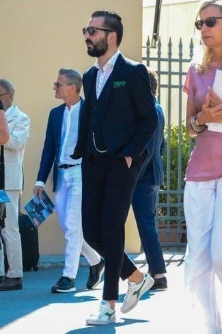Dunkelgraue Sonnenbrille kombinieren: trends 2020: Vereinigen Sie einen dunkelblauen Dreiteiler mit Karomuster mit einer dunkelgrauen Sonnenbrille für ein sonntägliches Mittagessen mit Freunden. Komplettieren Sie Ihr Outfit mit weißen und grünen Segeltuch niedrigen Sneakers.