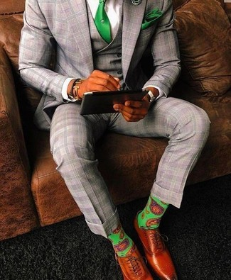 Wie kombinieren: grauer Dreiteiler mit Schottenmuster, weißes Businesshemd, rotbraune Leder Oxford Schuhe, grüne Krawatte