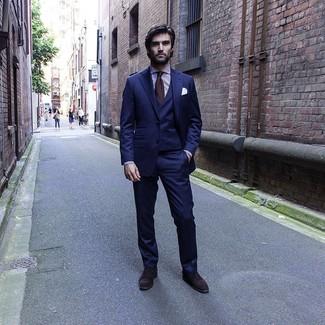 Wie kombinieren: dunkelblauer Dreiteiler, weißes und lila vertikal gestreiftes Businesshemd, dunkelbraune Wildleder Oxford Schuhe, dunkelbraune Krawatte