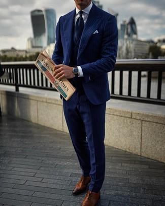 Wie kombinieren: dunkelblauer vertikal gestreifter Dreiteiler, weißes Businesshemd, braune Leder Oxford Schuhe, dunkelblaue Krawatte
