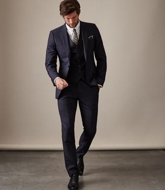 Schwarze Leder Oxford Schuhe kombinieren für Sommer: trends 2020: Vereinigen Sie einen dunkelblauen Dreiteiler mit einem weißen Businesshemd, um vor Klasse und Perfektion zu strotzen. Komplettieren Sie Ihr Outfit mit schwarzen Leder Oxford Schuhen. Sie suchen noch nach dem passenden Outfit für den Sommer? Dann lassen Sie sich von diesem Outfit inspirieren.