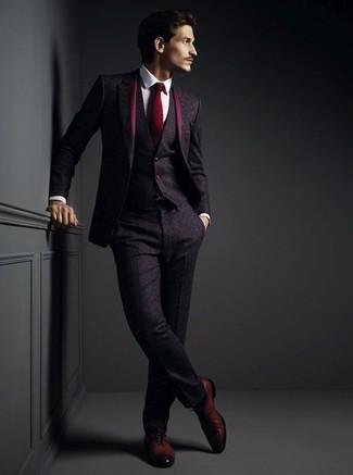 Wie kombinieren: dunkellila Wolldreiteiler, weißes Businesshemd, dunkelrote Leder Oxford Schuhe, dunkelrote Krawatte