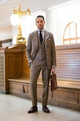 Businesshemd kombinieren: trends 2020: Vereinigen Sie ein Businesshemd mit einem braunen Dreiteiler für einen stilvollen, eleganten Look. Dunkelrote Leder Oxford Schuhe sind eine ideale Wahl, um dieses Outfit zu vervollständigen.