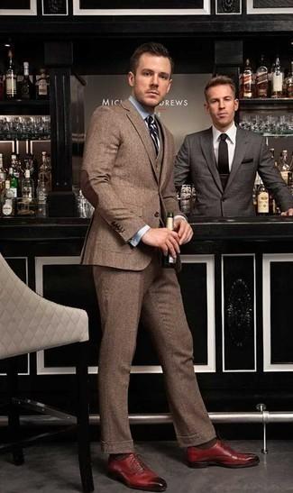 Rote Leder Oxford Schuhe kombinieren – 121 Herren Outfits: Tragen Sie einen braunen Wolldreiteiler und ein hellblaues Businesshemd, um vor Klasse und Perfektion zu strotzen. Rote Leder Oxford Schuhe sind eine kluge Wahl, um dieses Outfit zu vervollständigen.