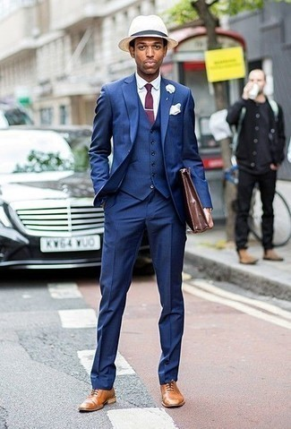Braune Leder Aktentasche kombinieren: trends 2020: Kombinieren Sie einen blauen Dreiteiler mit einer braunen Leder Aktentasche, um einen lockeren, aber dennoch stylischen Look zu erhalten. Heben Sie dieses Ensemble mit beige Leder Oxford Schuhen hervor.