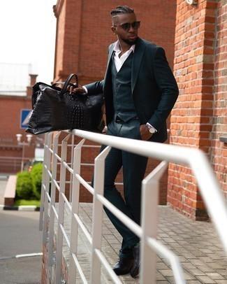 Grüne bedruckte Socken kombinieren – 4 Herren Outfits: Kombinieren Sie einen dunkeltürkisen Dreiteiler mit grünen bedruckten Socken für ein sonntägliches Mittagessen mit Freunden. Fühlen Sie sich mutig? Vervollständigen Sie Ihr Outfit mit schwarzen Leder Oxford Schuhen.