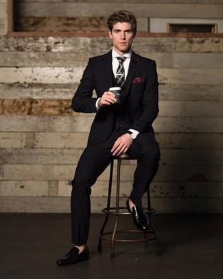 Wie kombinieren: schwarzer Dreiteiler, weißes Businesshemd, schwarze Leder Slipper, schwarze Krawatte mit Schottenmuster