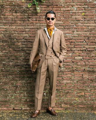 Wie kombinieren: beige Dreiteiler, weißes bedrucktes Businesshemd, braune Leder Slipper, braune Leder Aktentasche