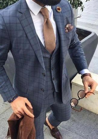 Beige Strick Krawatte kombinieren – 12 Herren Outfits: Etwas Einfaches wie die Wahl von einem dunkelblauen Dreiteiler mit Karomuster und einer beige Strick Krawatte kann Sie von der Menge abheben. Fühlen Sie sich mutig? Vervollständigen Sie Ihr Outfit mit dunkelbraunen Leder Slippern.
