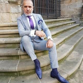 Wie kombinieren: grauer Dreiteiler mit Karomuster, weißes Businesshemd, violette Leder Slipper, violette Seidekrawatte