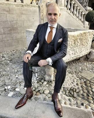 Wie kombinieren: schwarzer vertikal gestreifter Dreiteiler, weißes Businesshemd, dunkelbraune Leder Slipper, braune Krawatte