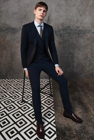 Wie kombinieren: schwarzer Dreiteiler, hellblaues Businesshemd, dunkelbraune Leder Slipper, braune Krawatte mit Paisley-Muster