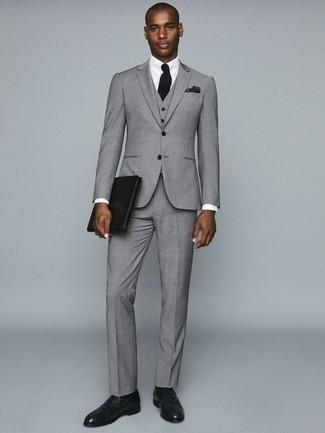 Grauen Dreiteiler kombinieren: trends 2020: Tragen Sie einen grauen Dreiteiler und ein weißes Businesshemd, um vor Klasse und Perfektion zu strotzen. Wenn Sie nicht durch und durch formal auftreten möchten, ergänzen Sie Ihr Outfit mit dunkelgrünen Leder Slippern.