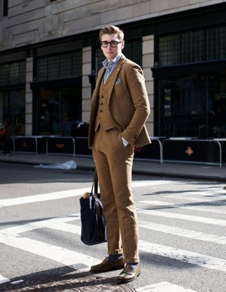 20 Jährige: Dunkelblaue Shopper Tasche aus Segeltuch kombinieren: trends 2020: Kombinieren Sie einen beige Dreiteiler mit einer dunkelblauen Shopper Tasche aus Segeltuch für ein großartiges Wochenend-Outfit. Vervollständigen Sie Ihr Outfit mit braunen Leder Slippern, um Ihr Modebewusstsein zu zeigen.
