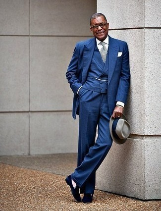 50 Jährige: Outfits Herren 2020: Entscheiden Sie sich für ein weißes Businesshemd für eine klassischen und verfeinerte Silhouette.