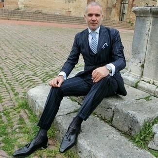 Hellblaue bedruckte Krawatte kombinieren: trends 2020: Paaren Sie einen dunkelblauen vertikal gestreiften Dreiteiler mit einer hellblauen bedruckten Krawatte, um vor Klasse und Perfektion zu strotzen. Wenn Sie nicht durch und durch formal auftreten möchten, komplettieren Sie Ihr Outfit mit schwarzen Leder Slippern mit Quasten.