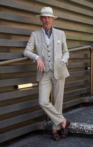 Grauen Dreiteiler kombinieren: trends 2020: Kombinieren Sie einen grauen Dreiteiler mit einem weißen Businesshemd für einen stilvollen, eleganten Look. Wenn Sie nicht durch und durch formal auftreten möchten, wählen Sie dunkelbraunen geflochtenen Leder Slipper mit Quasten.
