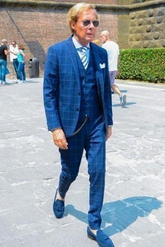 Weißes Einstecktuch kombinieren: trends 2020: Paaren Sie einen blauen Dreiteiler mit Karomuster mit einem weißen Einstecktuch für ein Alltagsoutfit, das Charakter und Persönlichkeit ausstrahlt. Fühlen Sie sich ideenreich? Entscheiden Sie sich für blauen Wildleder Slipper mit Quasten.