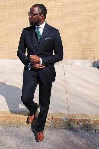 Herren Outfits & Modetrends 2020 für Sommer: Kombinieren Sie einen dunkelblauen Dreiteiler mit einem weißen Businesshemd für eine klassischen und verfeinerte Silhouette. Fühlen Sie sich mutig? Komplettieren Sie Ihr Outfit mit rotbraunen Leder Slippern mit Quasten. Ein toller Look für den Sommer.