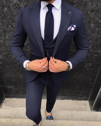 Dunkelblaue und weiße Strick Krawatte kombinieren – 139 Herren Outfits: Kombinieren Sie einen dunkelblauen Dreiteiler mit einer dunkelblauen und weißen Strick Krawatte, um vor Klasse und Perfektion zu strotzen. Warum kombinieren Sie Ihr Outfit für einen legereren Auftritt nicht mal mit dunkelblauen Leder Slippern mit Quasten?