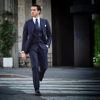 Mehrfarbiges Perlen Armband kombinieren – 109 Herren Outfits: Tragen Sie einen dunkelblauen vertikal gestreiften Dreiteiler und ein mehrfarbiges Perlen Armband, um einen lockeren, aber dennoch stylischen Look zu erhalten. Fühlen Sie sich mutig? Entscheiden Sie sich für schwarzen Leder Slipper mit Quasten.