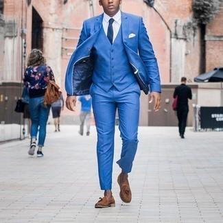 Weißes Einstecktuch kombinieren – 500+ Herren Outfits: Tragen Sie einen blauen Dreiteiler und ein weißes Einstecktuch für ein sonntägliches Mittagessen mit Freunden. Fühlen Sie sich ideenreich? Komplettieren Sie Ihr Outfit mit braunen Wildleder Slippern mit Quasten.