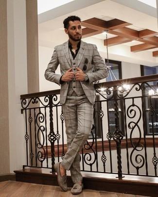 Herren Outfits 2021: Kombinieren Sie einen grauen Dreiteiler mit Schottenmuster mit einem schwarzen Businesshemd, um vor Klasse und Perfektion zu strotzen. Graue Wildleder Slipper mit Quasten sind eine großartige Wahl, um dieses Outfit zu vervollständigen.