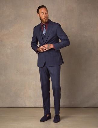 Herren Outfits & Modetrends: Geben Sie den bestmöglichen Look ab in einem dunkelblauen Dreiteiler und einem dunkelroten Businesshemd. Fühlen Sie sich mutig? Ergänzen Sie Ihr Outfit mit dunkelblauen Wildleder Slippern mit Quasten.