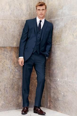 Wie kombinieren: dunkelblauer Dreiteiler, weißes Businesshemd, dunkelrote Leder Derby Schuhe, dunkelblaue Krawatte