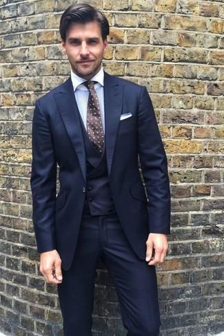 Wie kombinieren: dunkelblauer Dreiteiler, weißes Businesshemd, dunkelbraune gepunktete Krawatte, weißes Einstecktuch