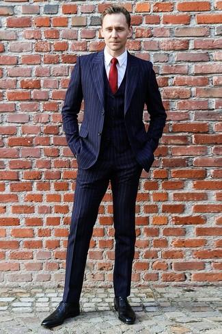 Wie kombinieren: dunkelblauer vertikal gestreifter Dreiteiler, weißes Businesshemd, schwarze Leder Oxford Schuhe, rote Seidekrawatte