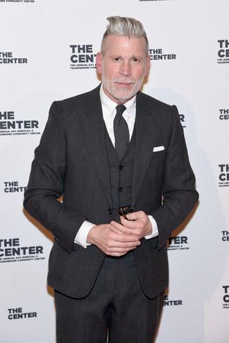 Nick Wooster trägt dunkelgrauer Dreiteiler, weißes Businesshemd, dunkelgraue Krawatte, weißes Einstecktuch