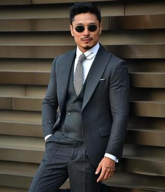 Wie kombinieren: dunkelgrauer Dreiteiler, weißes Businesshemd, graue Krawatte, schwarze Sonnenbrille